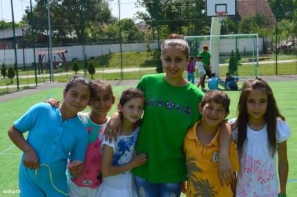 Voluntari și copii din proiect